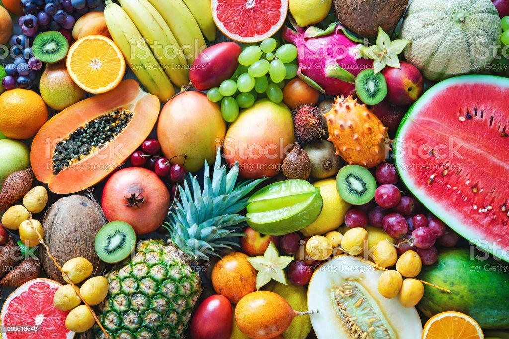 Auswahl an bunten Reifen tropischen Früchten. Ansicht von oben – Foto