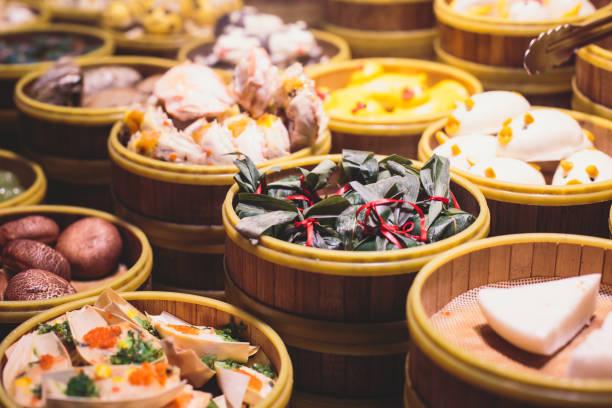 auswahl an verschiedenen arten von asiatischen traditionellen suppen in shanghai, china - knödel kochen stock-fotos und bilder