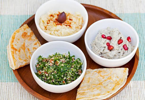 auswahl dips: hummus, kichererbsen bad, tabbouleh-salat, baba ganoush - griechischer couscous salat stock-fotos und bilder