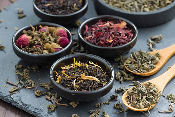 ассортимент сухой чай в керамические чашки - традиционная церемония стоковые фото и изображения