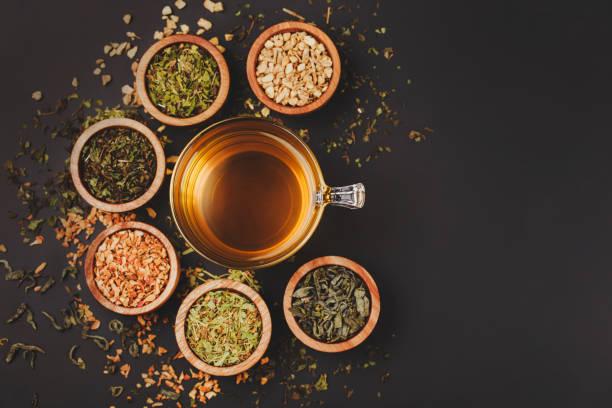 sortiment von trockenen tee in kleinen schalen - grüner tee koffein stock-fotos und bilder
