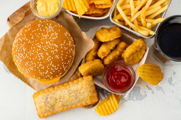 sortiment von fast-food - schnellkost stock-fotos und bilder