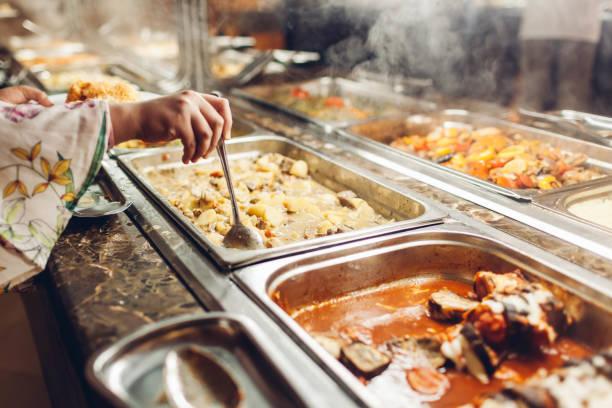 auswahl an frischen speisen im buffet hotels angezeigt. auswahl an speisen in kantine bereit für das abendessen - büfett stock-fotos und bilder