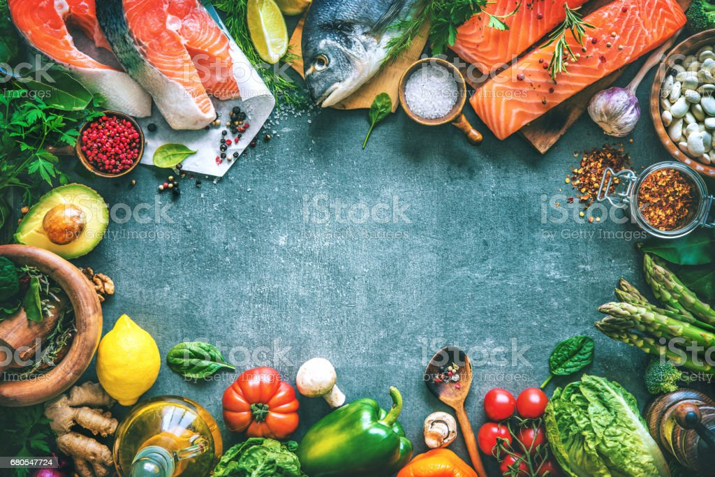 Assortment of fresh fish with aromatic herbs, spices and vegetables – Foto