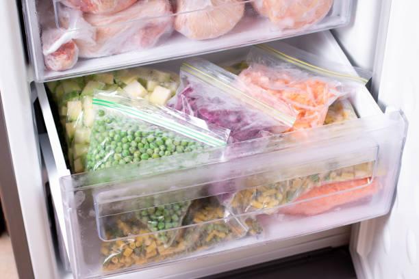 variedade de legumes congelados na geladeira. alimentos congelados no congelador - comida congelada - fotografias e filmes do acervo