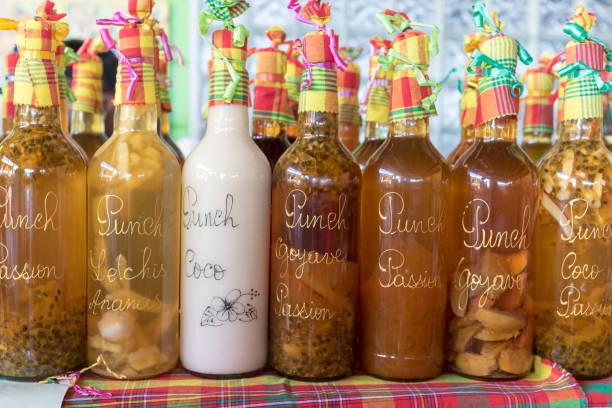 sortiment der fruchtpunsch aromatisiert in karibik marktstand. home-made rum basierte alkoholisches getränk. - ananas marmelade stock-fotos und bilder