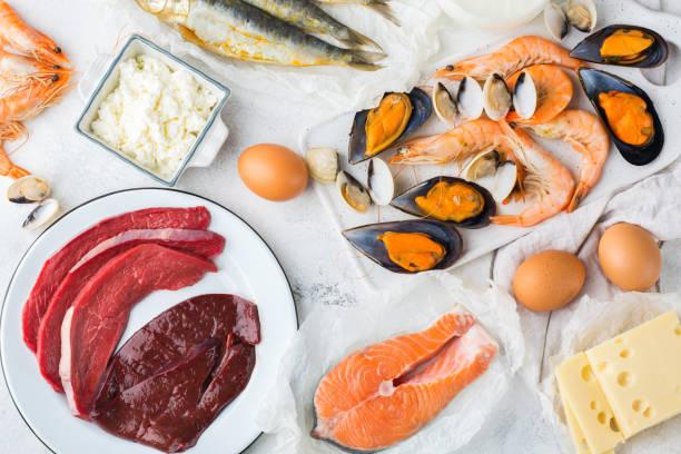 sortiment an gesunden vitamin b12, cobalamin quelle essen - innereien stock-fotos und bilder