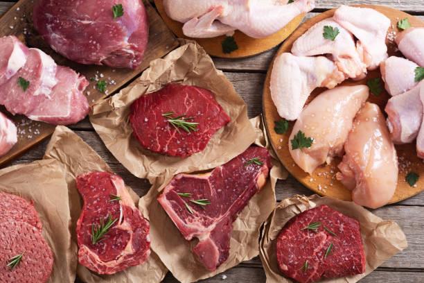 sortiment an fleisch und meeresfrüchten - fleisch stock-fotos und bilder