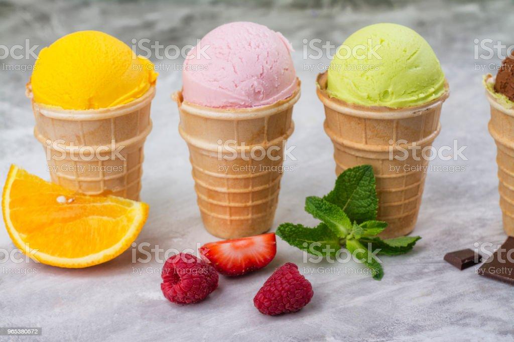 天然霜淇淋的種類-草莓, 巧克力, 橙, 藍莓和薄荷 - 免版稅俄羅斯圖庫照片