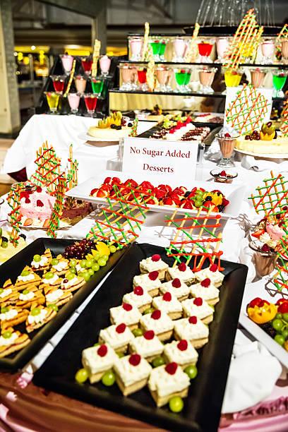 auswahl an verführerischen desserts ohne zuckerzusatz - zuckerfreie lebensmittel stock-fotos und bilder