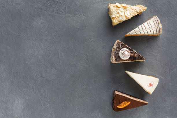 auswahl der stücke des kuchens, textfreiraum - schokoladen käsekuchen törtchen stock-fotos und bilder