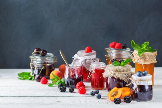 auswahl an saisonalen beeren und früchten marmelade in gläsern - ribiselmarmelade stock-fotos und bilder