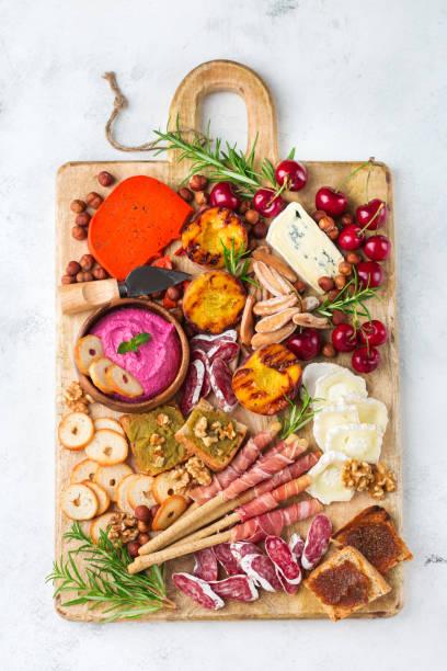 auswahl an spanischen tapas oder den italienischen antipasti mit hummus - wurst käse dips stock-fotos und bilder