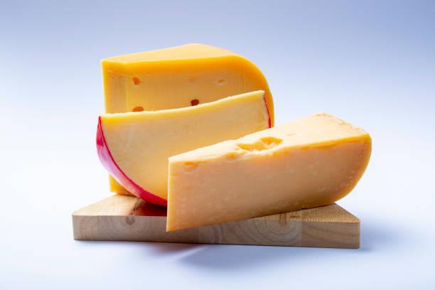 assortiment van traditionele hollandse hard oude kazen gemaakt van koeienmelk - beemster stockfoto's en -beelden