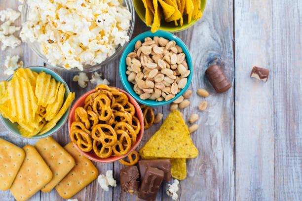 assortiment van ongezonde snacks - snack stockfoto's en -beelden