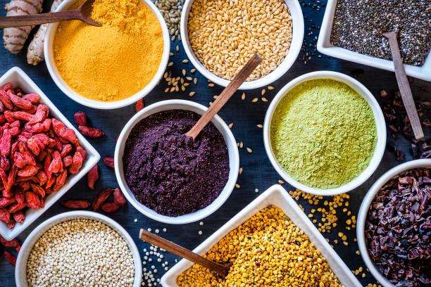 sortiment verschiedener arten von superfoods - nahrungsergänzungsmittel stock-fotos und bilder