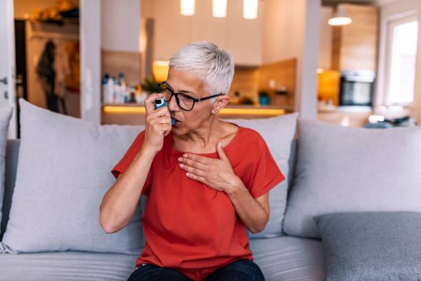 Asthmatische Frau mit einem Inhalator – Foto