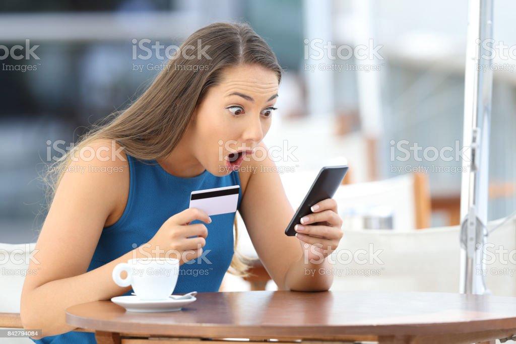 Comprador de asombro encontrar oferta en línea en un bar - foto de stock
