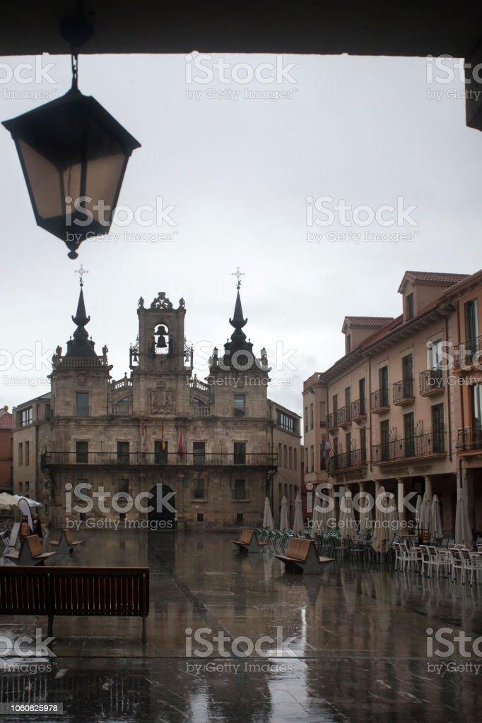 Astorga Ayuntamiento visto debajo del arco de piedra con viejos moda luz de calle. - foto de stock