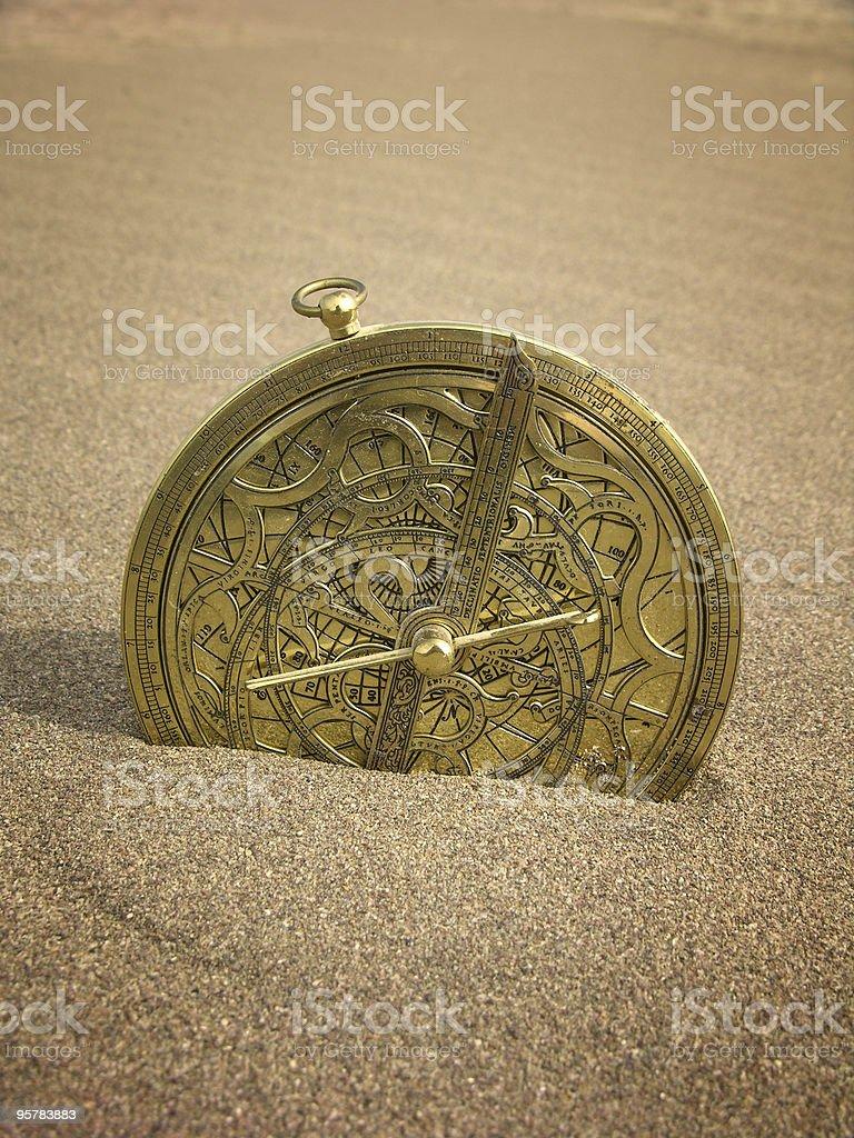 Astrolabio en arena - foto de stock