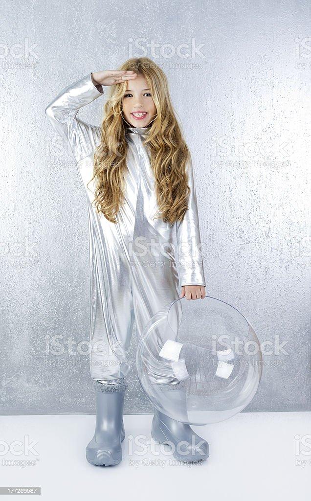 Astronauta ragazza con argento uniforme e vetro casco - foto stock