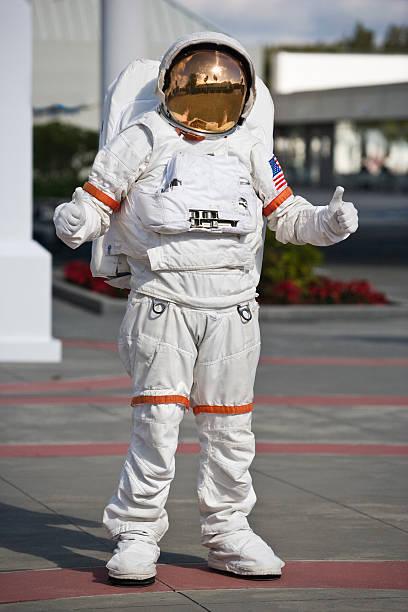 astronaut geben ein thumbs up - kennedy space center stock-fotos und bilder