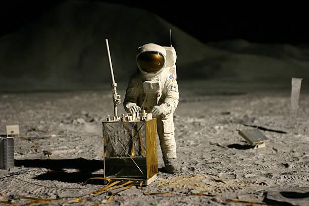 astronauta sulla luna - esplorazione spaziale foto e immagini stock