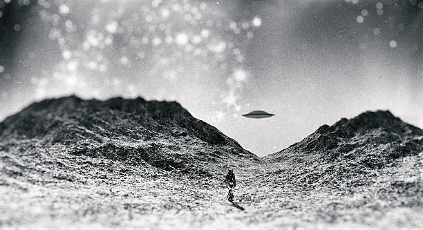 Astronaut walking towards UFO - foto de stock