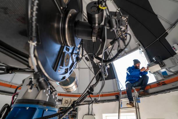 天文台ドームの天文学者 - 観測所 ストックフォトと画像