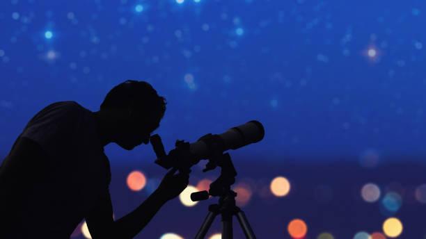 Astronom mit einem Teleskop, das die Sterne und den Mond beobachtet. Meine Astronomiearbeit. – Foto