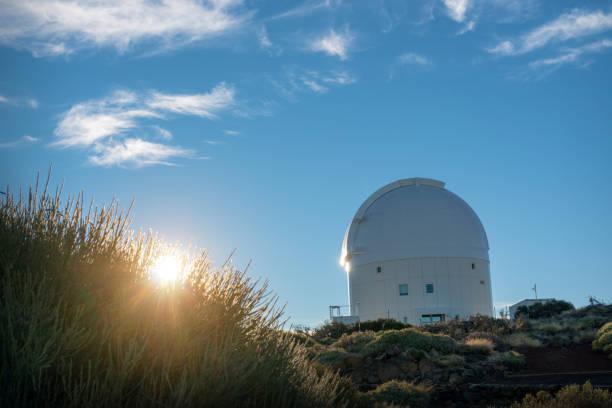 astronomische komplex an der spitze des berges - hohe warte stock-fotos und bilder