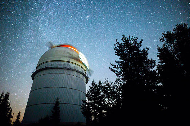 Astronomical Observatory under the night sky stars - foto de acervo