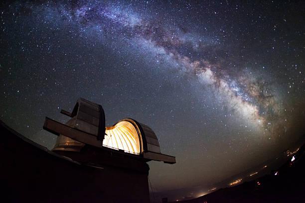 星空の下での天文台 - 観測所 ストックフォトと画像