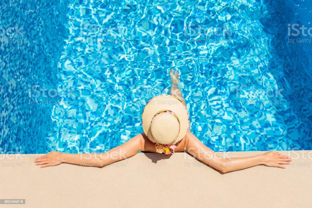 In einem Resort-Schwimmbad – Foto