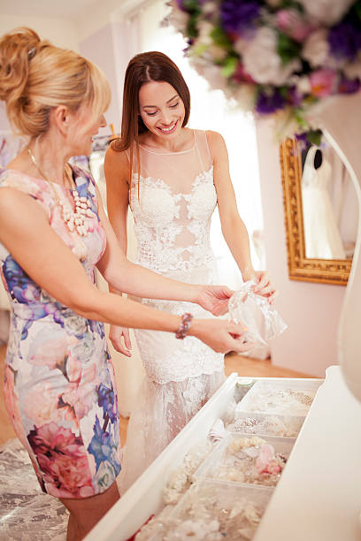 at bridal shop - hochzeitskleid über 50 stock-fotos und bilder