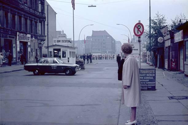 am checkpoint charlie in der west-friedrichstraße, berlin - trennungssprüche stock-fotos und bilder