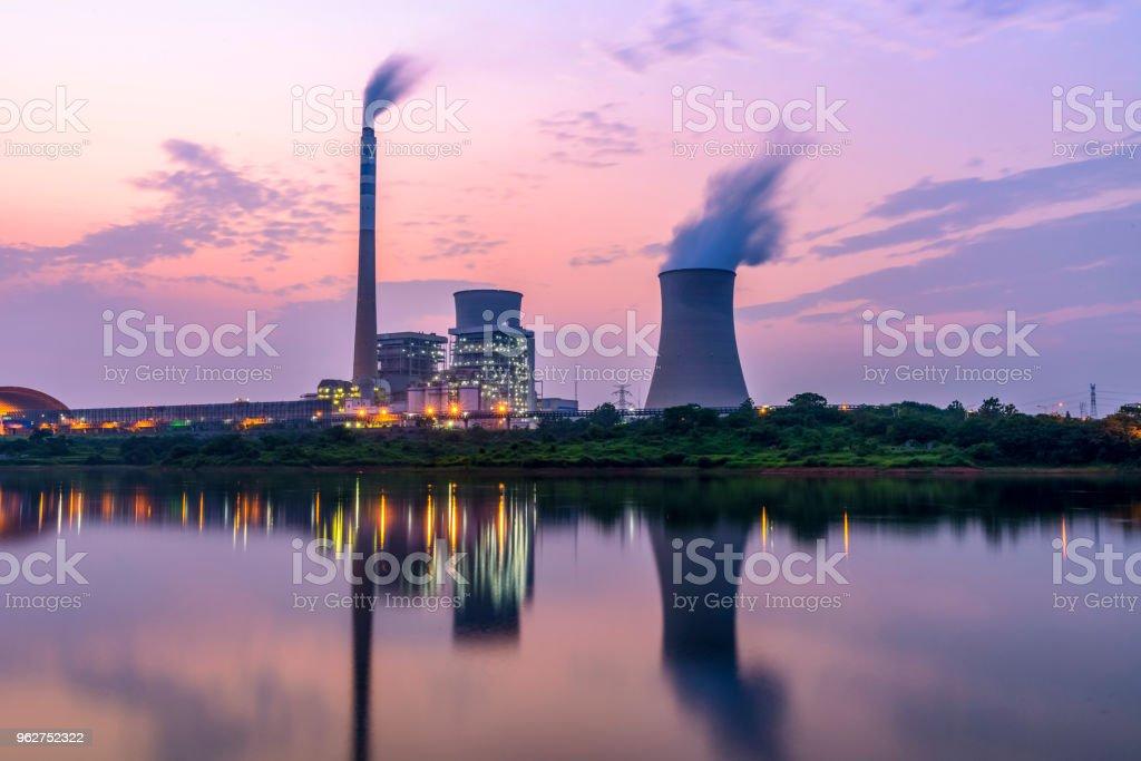 Ao anoitecer, as centrais de energia térmica - Foto de stock de Armamento royalty-free