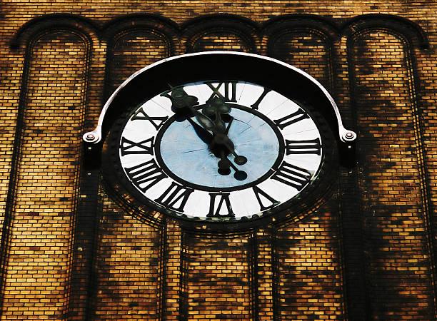 Am Mittag. Clock auf die Kirche tower – Foto