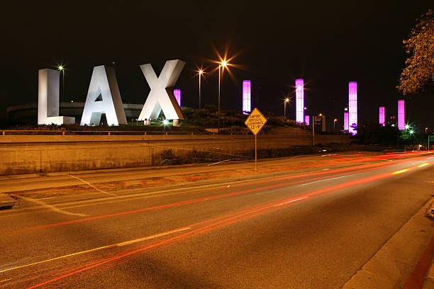 LAX à noite - foto de acervo