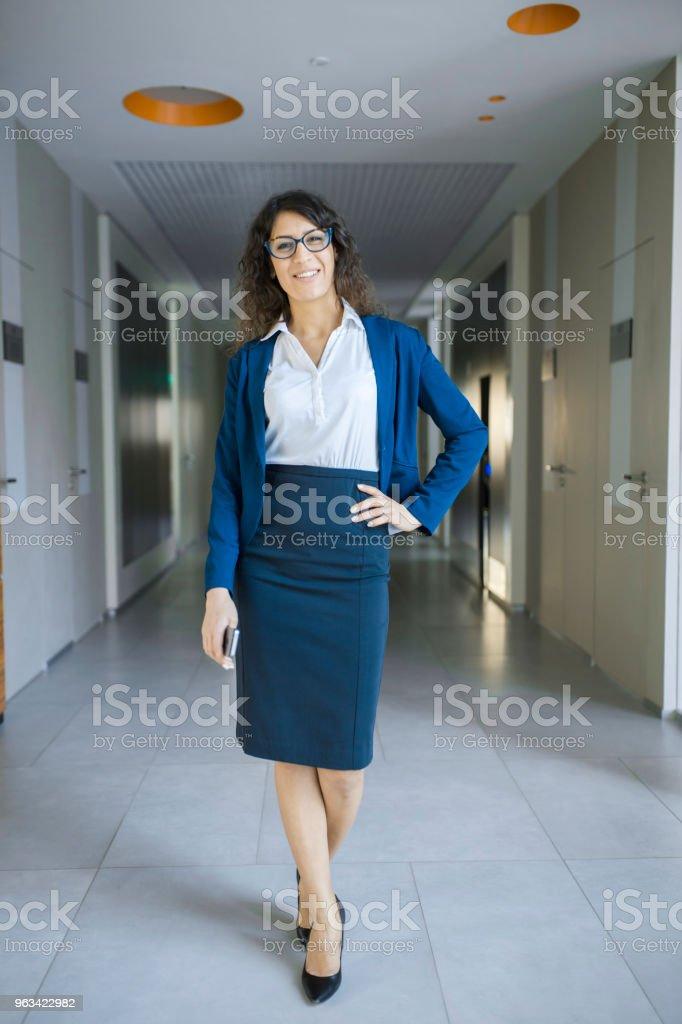 Au corridor de bureau - Photo de Adulte libre de droits