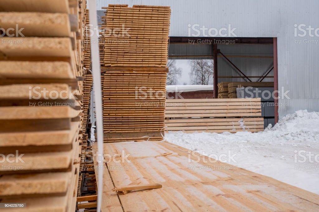 Im Sägewerk. Bretter gestapelt außerhalb in der Winterzeit – Foto