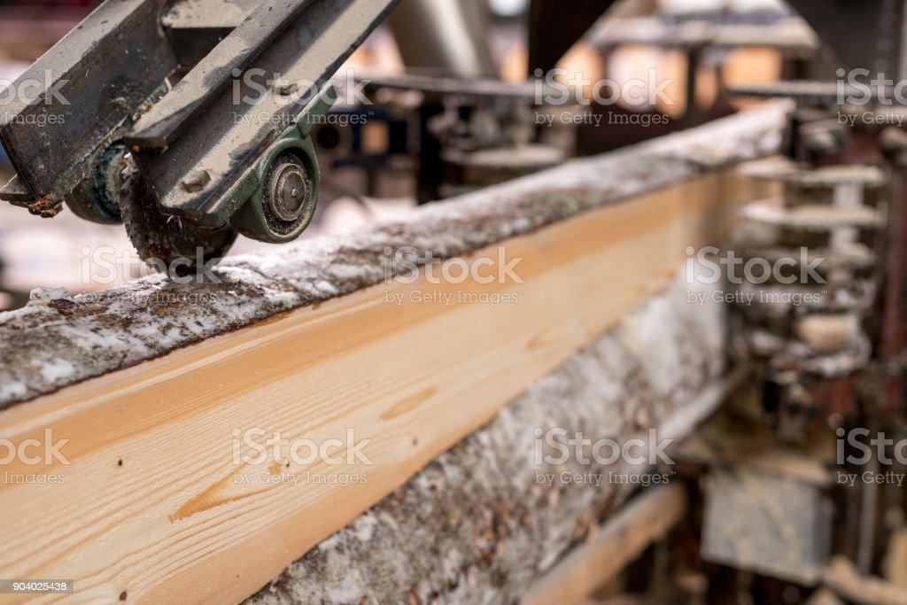 Im Sägewerk. Bild des geschnittenen Holzes mit Maschine – Foto