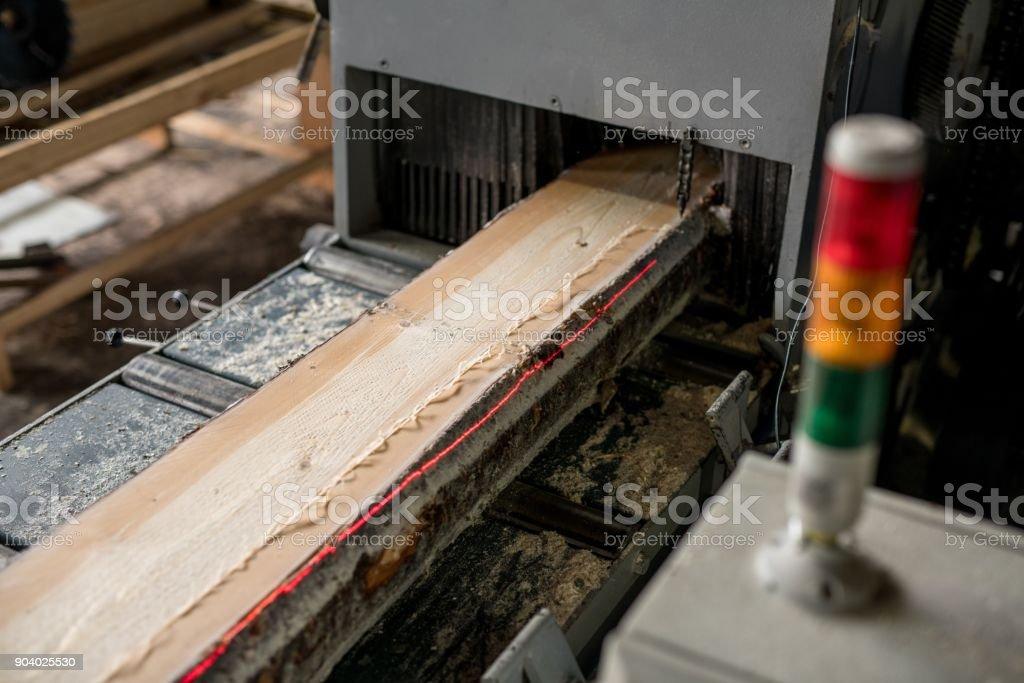 Im Sägewerk. Bild von Sägen von Holz mit Laser-Markierungen – Foto
