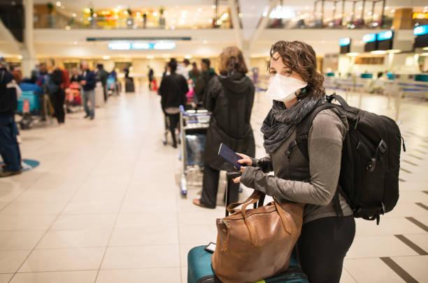 no aeroporto com uma máscara facial - aeroporto - fotografias e filmes do acervo