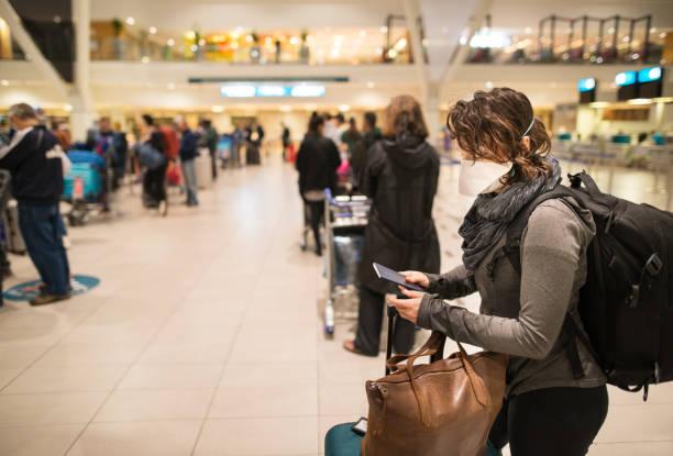 Am Flughafen mit Gesichtsmaske – Foto