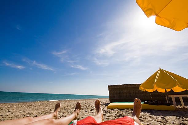En la playa (gran angular - foto de stock