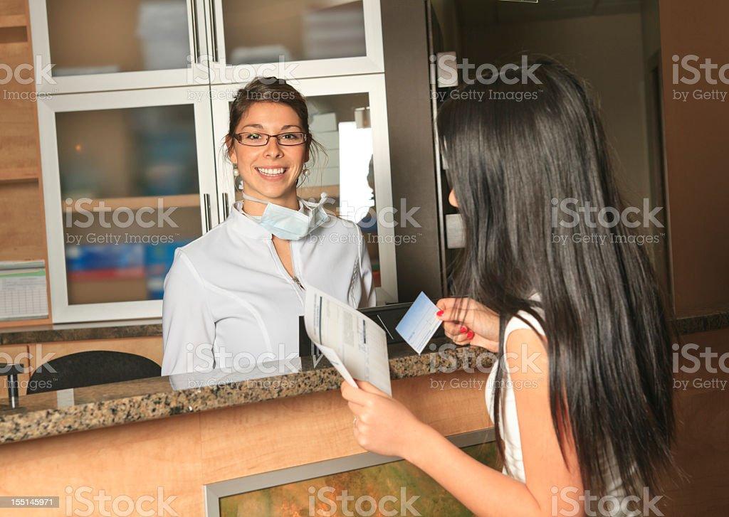 Im Zahnarzt-Zahnpflege Service-Rezeptionist Termin – Foto