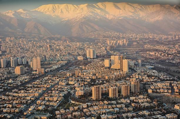 am fuße der berge - iranische stock-fotos und bilder