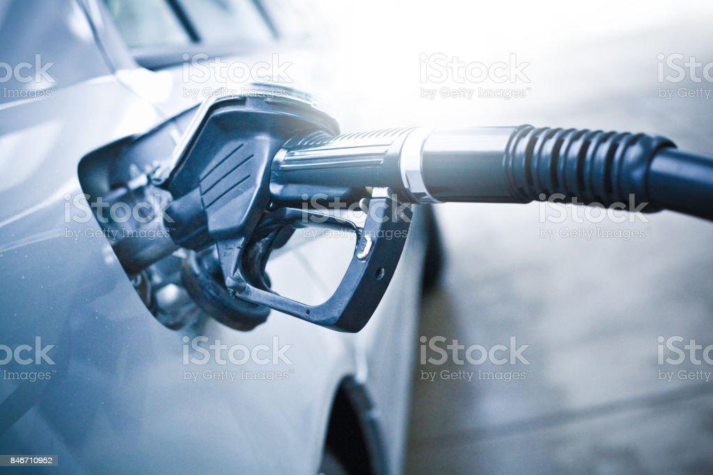 Tanken Sie an der Tankstelle das Auto – Foto