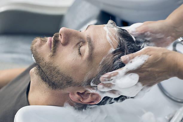 presso il parrucchiere - lavarsi i capelli foto e immagini stock